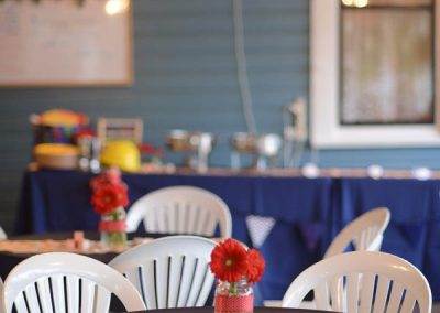 The-Blue-Owl-Restaurant-veranda-table-flowers